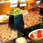 ル・トリアノン - グラスと小菓子コーナー