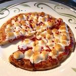 ル・トリアノン - イチゴのピザ@マシュマロたっぷりでスモアのピザ。冷めないうちが美味しいです