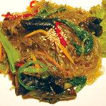 チェゴヤ - チャプチェ。春雨と野菜を炒めた、韓国の伝統的なおもてなし料理。761円(税込800円)
