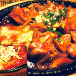 チェゴヤ - 鉄板ダッカルビ。ジューシー鶏カルビを鉄板で旨辛く焼き上げました。1000円