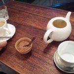 タオ カフェ - ホットカフェオレとカモミールティーです