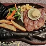 ステーキハウス88 - もとぶ牛サーロインステーキ(4980円)はミディアムレアで♪ 牛のデザインのステーキ皿にはお肉とフライドポテト、人参と隠元、コーンが添えてある☆彡 柔らかく旨味濃厚で美味しい〜\(*^▽^*)/