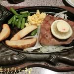 ステーキハウス88 - もとぶ牛ミスジステーキ(5800円)はレアで♪ 牛のデザインのステーキ皿にお肉とフライドポテト、人参と隠元、コーンが添えてある☆彡 お肉はミスジの方が脂が少なめなのかなぁ?柔らかく旨味濃厚で美味しい!