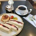丸福珈琲店 - いちごサンド   苦味のあるコーヒーが美味しいなぁ〜❣️