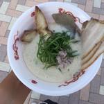 牛骨ら~めん ぶっこ志 - 豚×鶏×牛 濃厚スープの肉盛りコラボ
