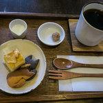 ペタニコーヒー - 「ドリップコーヒー」(380円)と「お菓子セット」(+150円)。