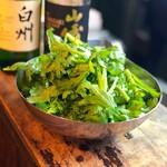 焼肉・塩ホルモン 三ちゃん - お肉と一緒に春菊サラダ、春菊バクダン!