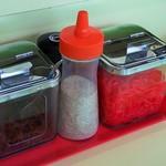 天津ラーメン - テーブル上の薬味