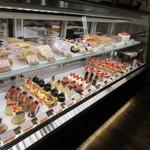 スイーツ みのりか - お店に入ると決して大きなお店では無いのですがショーケースには九州産の食材にこだわった様々なスイーツが並んでました。