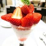 79844828 - あまおう苺と紅ほっぺ苺のパフェ