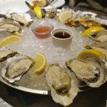 東京オイスターバー - ほどなくして皿いっぱいに詰まった生牡蠣が運ばれてきました。