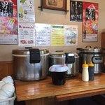 まる - ごはんと味噌汁コーナー。