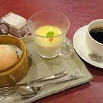 中国料理 白楽天 - デザート♪       桃饅頭と杏仁豆腐 柚子ソース