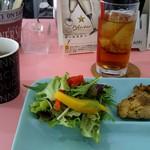 温かいパンと飲み物 デトゥール - コンソメスープ、サラダ、チキングリル、烏龍茶