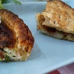 温かいパンと飲み物 デトゥール - ほうれん草とベーコンのパイキッシュとキーマカレーとマッシュポテトのパイ