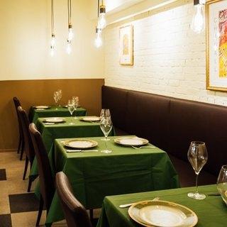 グリーンのテーブルクロスが映える、落ち着いた大人の空間