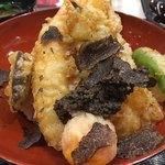 79859699 - 海老が2尾、卵黄、シシトウ、レンコンの天ぷら、トリュフソースに仕上げのトリュフスライスがたっぷり、コレは天丼の革命ですな( ̄▽ ̄)