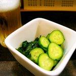 蓑笠庵 - 酢の物と共にビールでかんぱ〜い