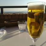 79860917 - 生ビールと海