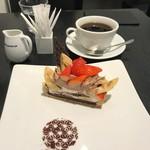 カフェ・コムサ - イチゴとバナナのチョコケーキのセット(税込み972円)