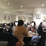 カフェ・コムサ - 広い店内も結婚こんでいました