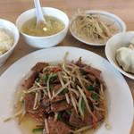 栄児 家庭料理 - 「ニラレバ炒め」定食。 水餃子は食べ放題! 全体的にインパクト欠く味です。。