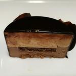 79869929 - 優美な甘さのキャラメルムースととろけるブリュレ、華やかな香りのビターチョコムースのハーモニー
