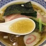 中華そば 四つ葉 - 地鶏スープに高級羅臼昆布と鮭節を追ったスープ(小田急町田店「うまいものめぐりと有名駅弁まつり」)