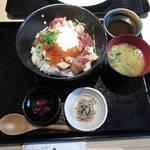 79874752 - 【ランチ】 海鮮丼 \880