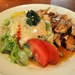 サラダの店サンチョ - 若鶏のグリルチキンとサラダ別角度