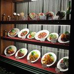 サラダの店サンチョ - なんだかレトロな雰囲気のサンプル棚
