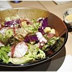 79884992 - 新鮮野菜のエスニックサラダ 790円 デフォで塩が振ってあります。
