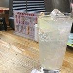 かとりや - ▪︎ハイサワー (たぶん)¥400 グラスに並々と注がれたレモン味のハイサワー、強炭酸でシュワシュワ♪