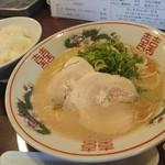 福ヤ - 料理写真:久留米ラーメン(730円)+ランチの無料ライス