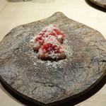 TTOAHISU - ◆寒ブリ・・9日寝かせたそう。鮎の魚醤とごま油で調味され、マリネした紅芯大根とスモークチーズが盛られています。