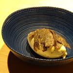 TTOAHISU - ◆黒トリュフのアイス・・アイスの中にも刻んだトリュフが入る贅沢な品。 食後にアイスを頂くと口の中がサッパリしますね。
