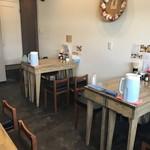 やきそば専門店 ばんばん - 入って右側に4人掛けテーブルが2卓(2018.1.25)