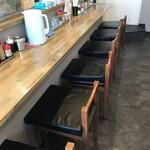 やきそば専門店 ばんばん - 左側は6席のカウンター席、内側は厨房です(2018.1.25)