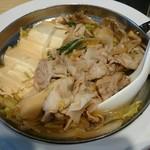 角常食堂 - 具は豚バラ・豆腐・白菜・玉ねぎ・春菊・舞茸・エノキ 甘辛い味付けでご飯に合います