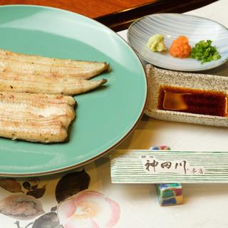 職人がふっくらと焼き上げる【白焼き】、鰻の豊かな風味を堪能