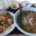 台湾料理 百味鮮 - 台湾らーめん+海老のXO醬炒め?+杏仁豆腐+漬物 +ライス  667円(税別)