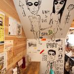 ララカレーハママツ - 店内の壁には画家による現代アートが楽しめる!