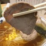 手打ちラーメン 本丸 - 「醤油チャーシュー麺」「麺大盛り」チャーシューリフト。1枚平均 20g 程のものが計 5枚載っている。合計重量で 100g 余り。「チャーシュー麺」としては総量的に平均的なところか。
