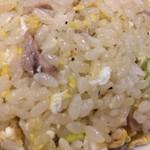 手打ちラーメン 本丸 - 「チャーハン」接写。甘味と旨味、胡椒の香り、そこに程よい塩味の引き締め感。程よい加減で化調の調整が加えられ、昔ながらの大衆中華料理店の味わいと旨味を描出している。