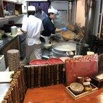 武蔵そば - 厨房内をパシャ店主がザルで蕎麦を・・