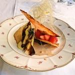 タヴェルナ グイダ - チョコレートでコーティングしたピスタチオのセミフレッド、赤ワインのチュイルとフルーツのコントラスト紅茶のソース