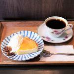Jazzと喫茶 囃子 - チーズケーキ、深煎りのコーヒー