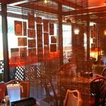 マジックスパイス - 店内の雰囲気☆左側の柱の先は喫煙席?