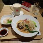 79943791 - ◆麻辣担々まぜ麺にAセット(ぷりぷりエビ餃子(点心か豆花からチョイスできます)とミルクティーを付けました。 合計1300円(外税)