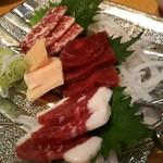 じろう桜 - 馬刺し盛り合わせ(熊本県産)2,200円。